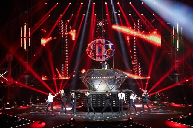 1 광저우 공연에서 멋진 무대 선사하는 엑소