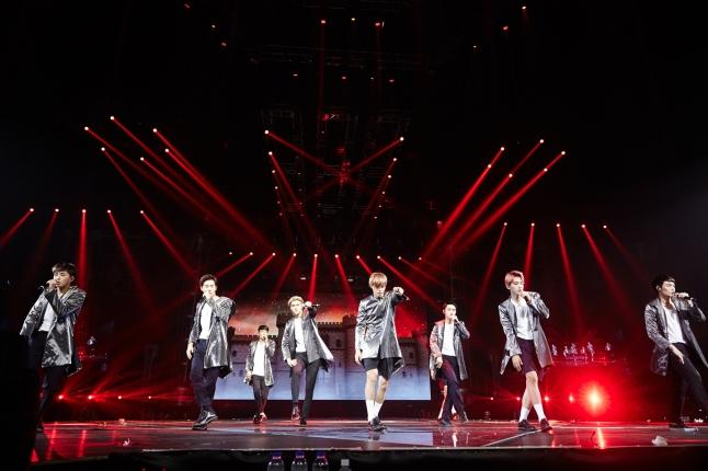2 광저우 공연에서 멋진 무대 선사하는 엑소