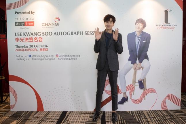 shilla-beauty-loft-1st-anniversary-lee-kwang-soo-autograph-event-2